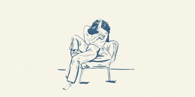 Dibuix d'una noia asseguda en una cadira amb grans espais buits al voltant