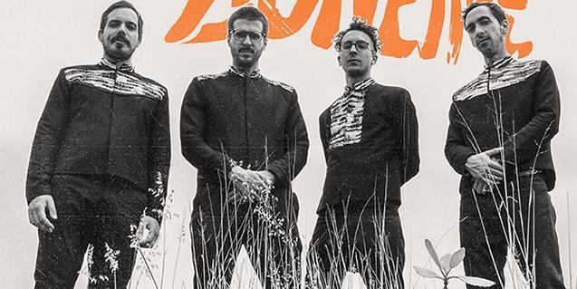 Els integrants de la banda, retratats al camp entre herbes