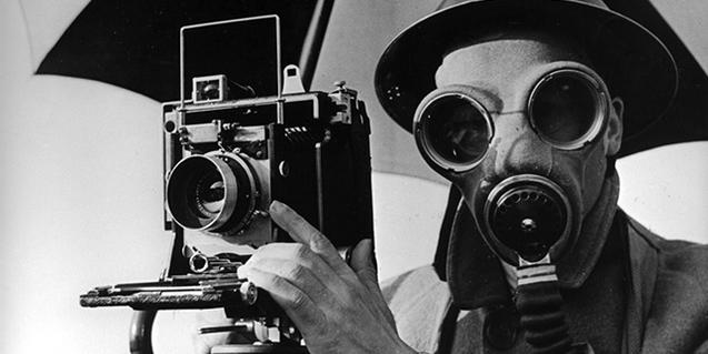 Fotografía de Lee Miller titulada 'David E. Scherman, vestido para la guerra'. © Lee Miller Archives