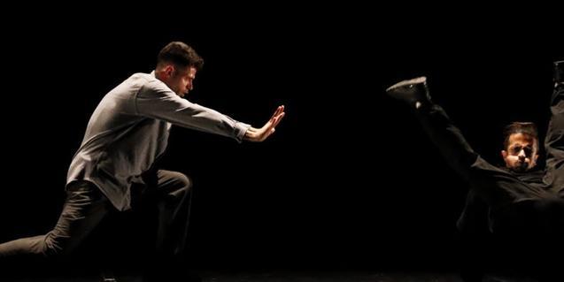 Dos membres d'aquesta companyia de danses urbanes en plena actuació