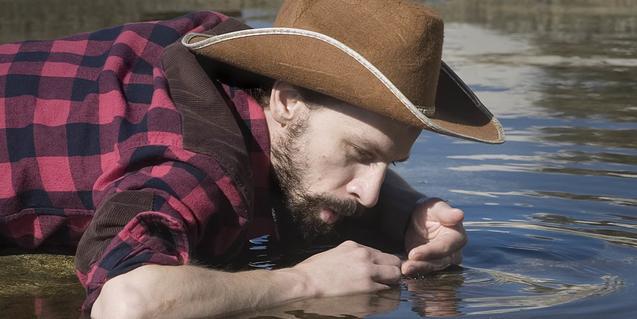 Un retrat del cantant menorquí bevent aigua d'un riu