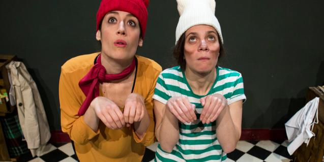 Fotografía de una escena del espectáculo en la que aparecen dos actrices