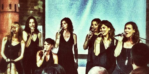 Las siete chicas que forman este grupo de canto a capella retratadas en plena actuación