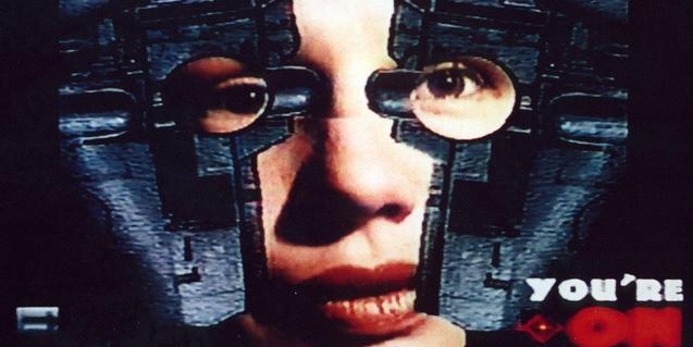 Un fotograma del film mostra el rostre d'una dona amb un equip futurista de visió avançada