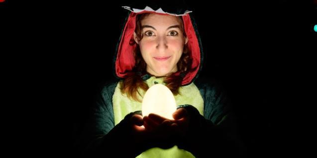 Fotografia de la protagonista amb un ou il·luminat a la mà