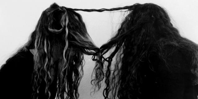 Dos chicas unidas por la cabellera. Es una de las imágenes enigmáticas que formen parte de la exposición