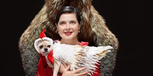 Isabella Rossellini con el perro que también sale en el espectáculo