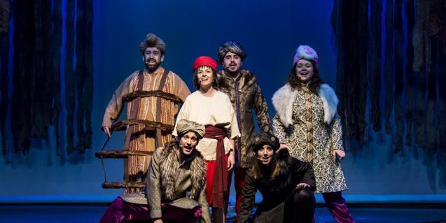 Fotografia de l'espectacle, actors a l'escenari cantant