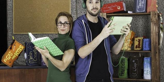 Fotografia dels dos actors protagonistes amb llibres a la mà