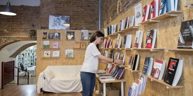 Interior de la llibreria La Carbonera