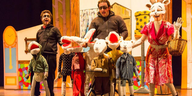Fotografia de l'espectacle amb els actors i titelles a escena
