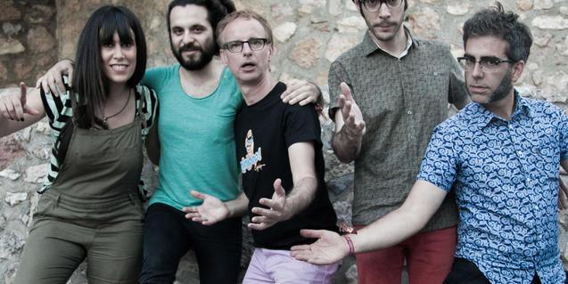 Fotografia de Lluís Gavaldà amb el grup Trau