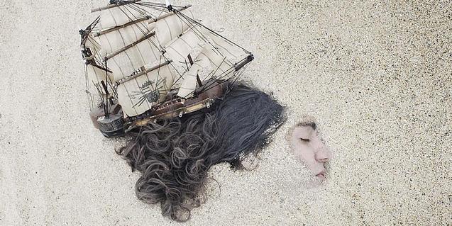 Fotografía del espectáculo, una cabeza de chica cubierta de arena