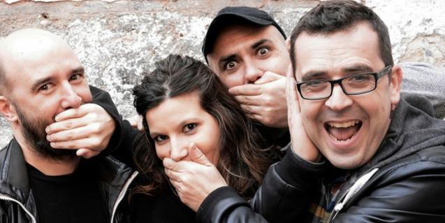 Els quatre membres de la banda juguen a tapar-se la boca els uns als altres