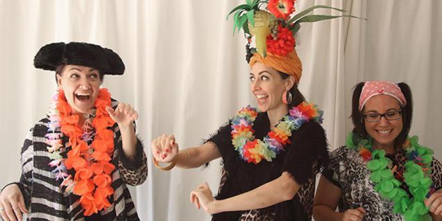 Les actrius protagonistes disfressades de torero i de Carmen Miranda