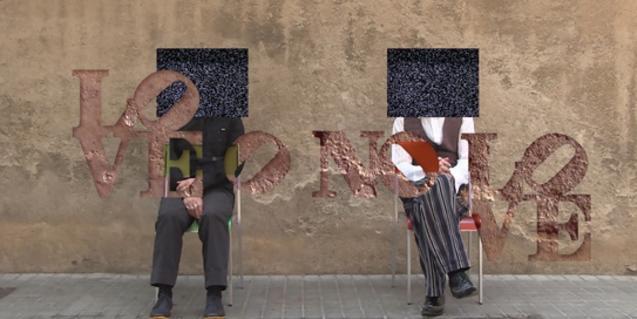 Una imatge dels artistes Josep Feliu i Fernando Megías amb la cara tapada il·lustra el cartell de l'exposició