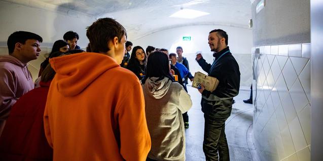 Un moment de la visita, pels túnels del recinte.