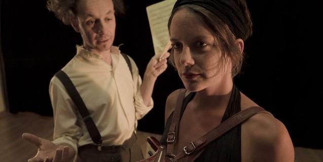 Un momento de la representación, con la actriz protagonista y el pianista que la acompaña