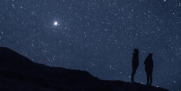 Dos personas observan el espacio
