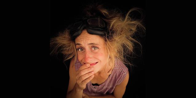 Retrat de la clown amb els cabells deixats anar i mirant cap a dalt
