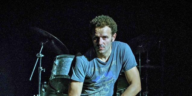 El actor Marc Martínez retratado ante una batería