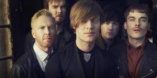 Retrato de grupo de los cinco integrantes de la banda