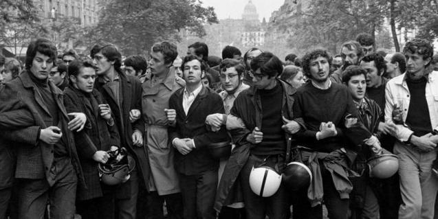 Una de las muchas imágenes que dejaron las movilizaciones en París la primavera de 1968. Fotografía de Henri Cartier-Bresson
