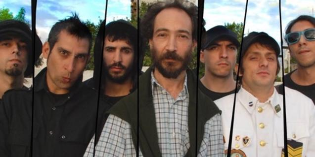 Retrato de los miembros de la banda reflejados en una serie de espejos