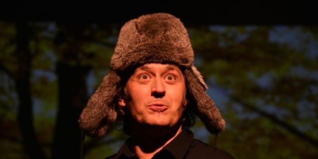 Un dels artistes programats aquesta temporada vestit amb un abric i una gorra de pell