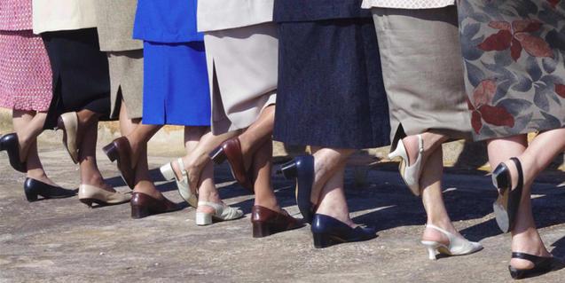 Una imagen que muestra los pies de un grupo de mujeres y que alude a la propuesta de Mariantònia Oliver