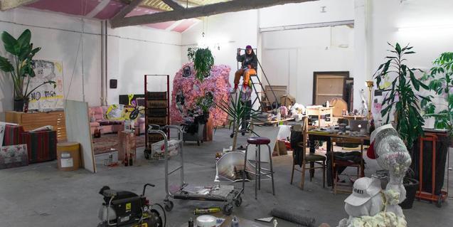 Una imagen de la artista, rodeada de sus creaciones