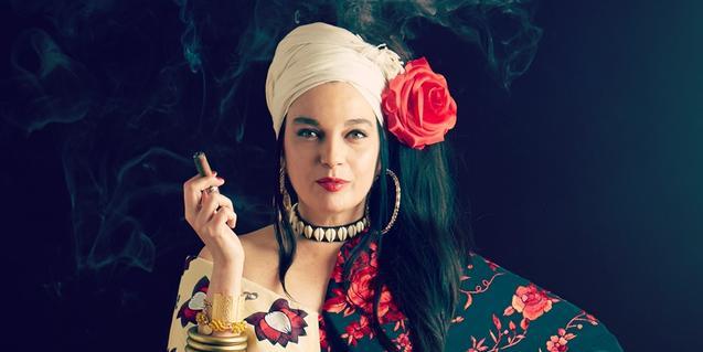 La cantante retratada con una rosa en el pelo y un cigarrillo en la mano