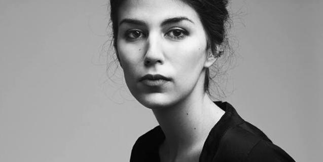 Retrat en blanc i negre de la jove cantant i pianista Marina Herlop
