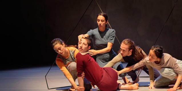 Un grupo de ballarinas y bailarines en plena representación