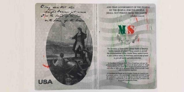 Una reproducció ampliada d'una de les pàgines del passaport dels EUA de l'artista