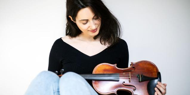 Marta Sierra, violinist and singer of the Daphne Quartet band