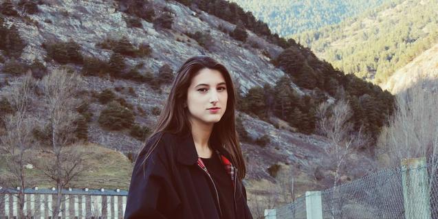 La jove intèrpret de folk de Martorell retratada entre muntanyes