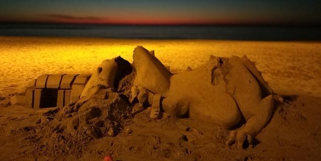 Una enigmática construcción de arena con el mar al fondo