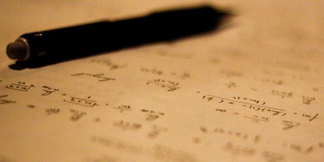 Una libreta con cálculos matemáticos