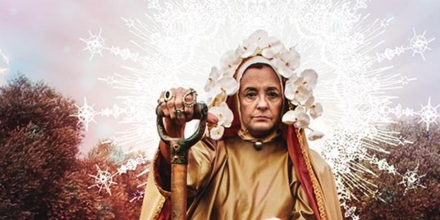 La versió moderna d'una verge amb una pala a la mà al cartell que anuncia l'obra