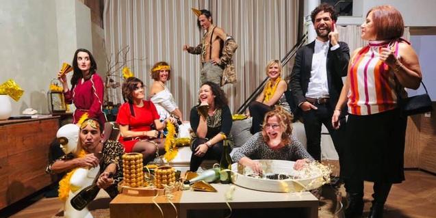 Una decena de actores de la compañía Livelai en una escena que simula una fiesta