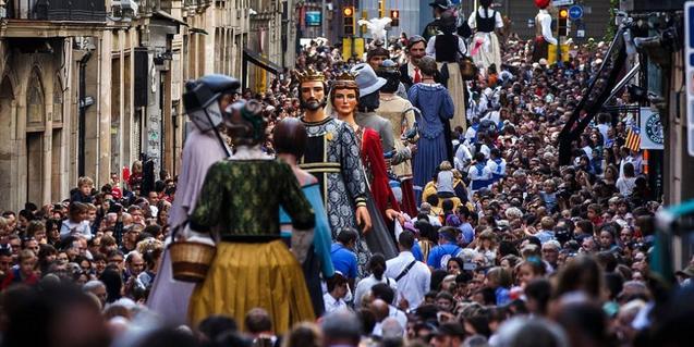 Fotografía del baile de gigantes por las calles de Ciutat Vella