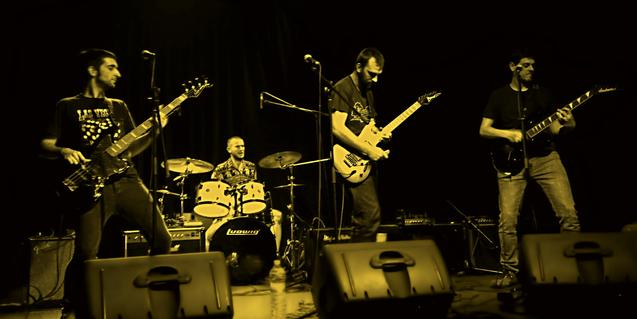 Los miembros de esta joven banda de rock en plena actuación