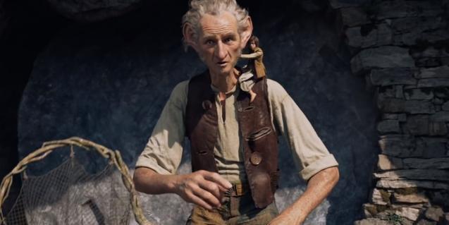 Escena de la película: protagonista en los hombros del gigante.