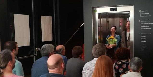 Uns actors escenifiquen un muntatge teatral dins d'un ascensor en una edició anterior de la trobada