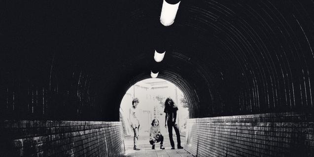 La banda japonesa retratada des de l'interior d'un túnel