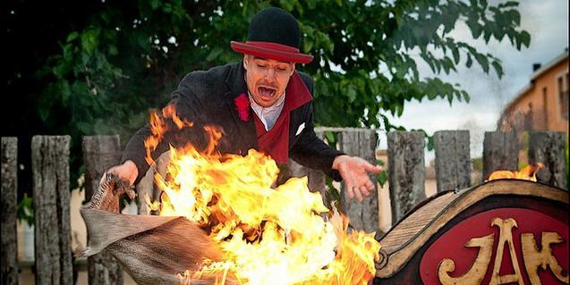 Fotografía del espectáculo, el clown intentando apagar fuego