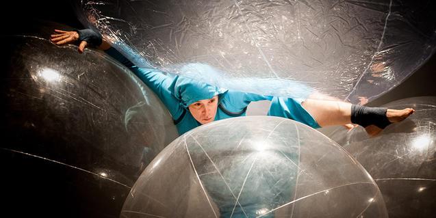 Fotografia de l'espectacle Miravella. Noia amb bombolles de plàstic gegants