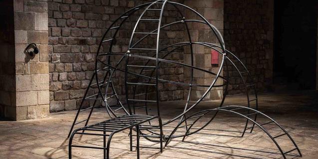 Una estructura metálica que recuerda a las zonas de juego de los parques infantiles