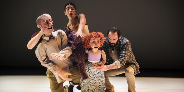 Una imatge dels titellaires i ballarins amb els protagonistes de la funció.